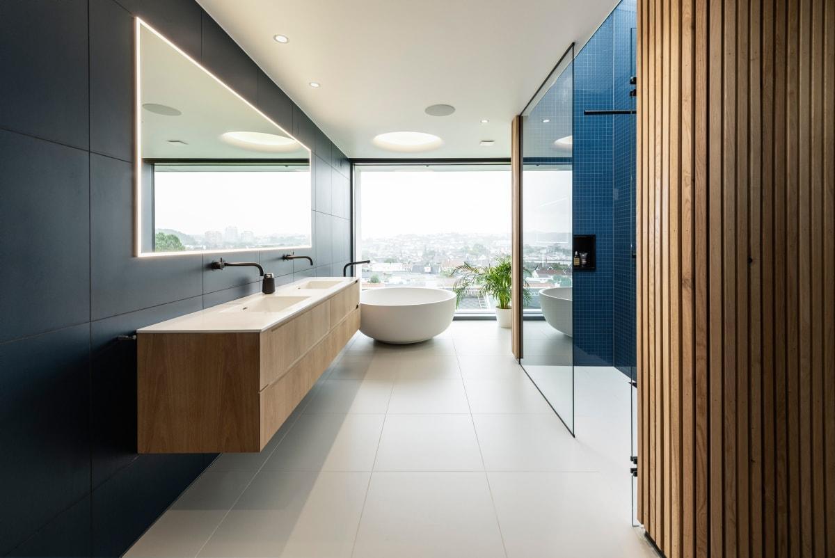 Badet i villaen på Lura har fått flott utsikt men begrenset innsyn.