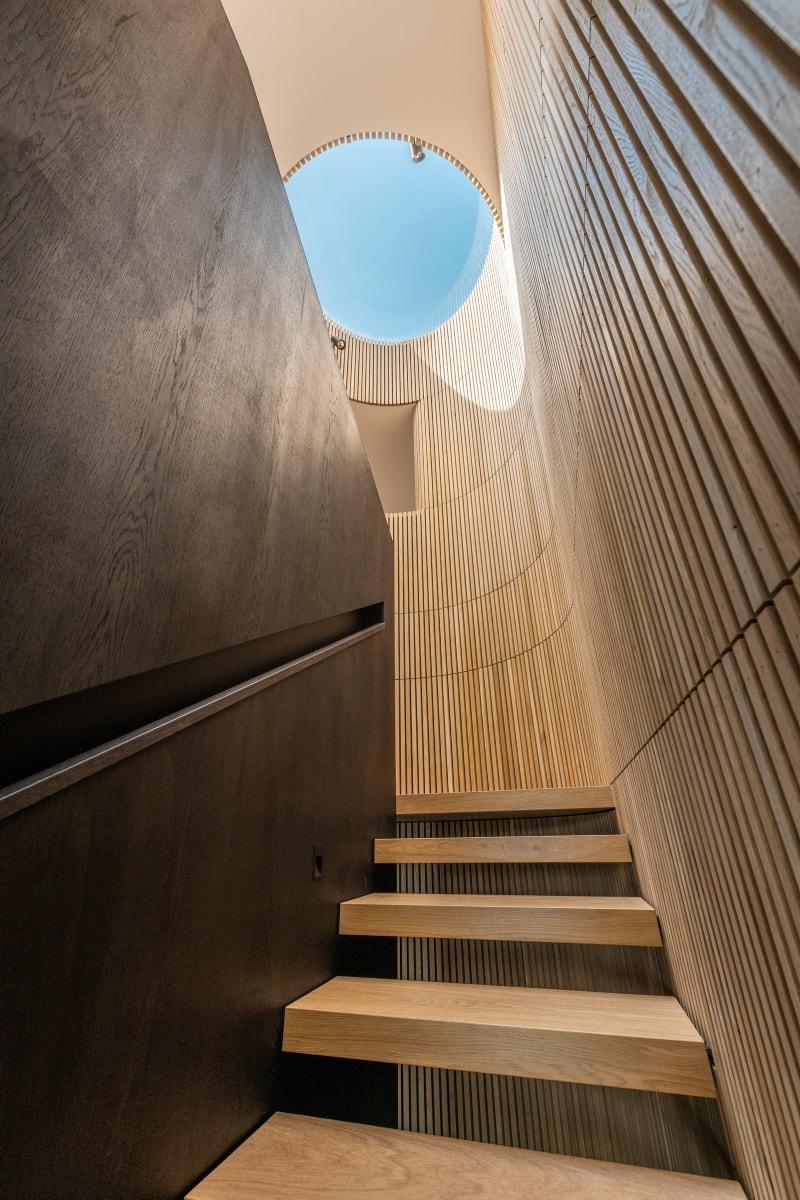 Overraskende former møter deg i trappeoppgangen til 2. etasje.
