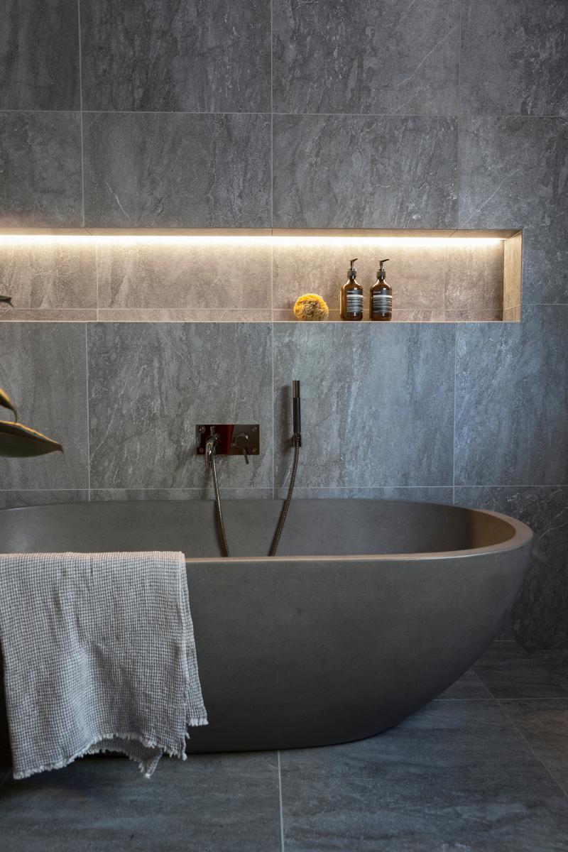 Legg merke til lyssatt nisje over badekaret. Stemningsskapende og praktisk