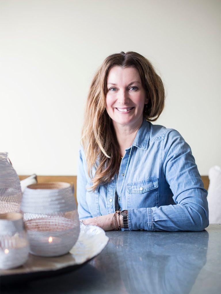 Interiørdesigner Aina Sollie Steen betegner seg selv som et skapende menneske. Trebarnsmoren har mange jern i ilden som kunstner, designer, konsulent og foredragsholder.